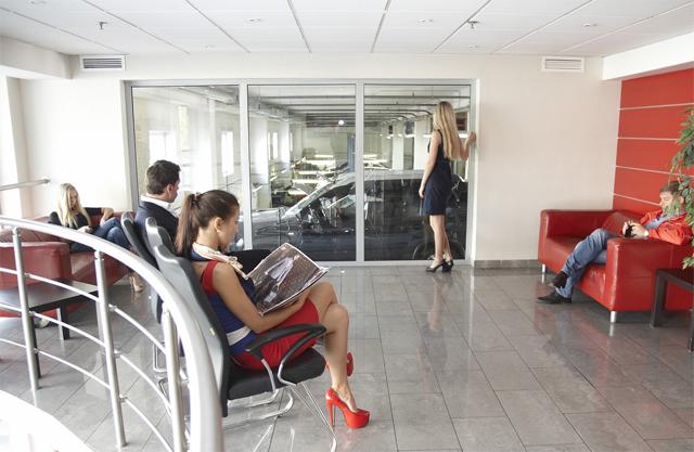 Клиентская зона техцентра Юнион Моторс Медведково с панорамным остеклением в ремзону