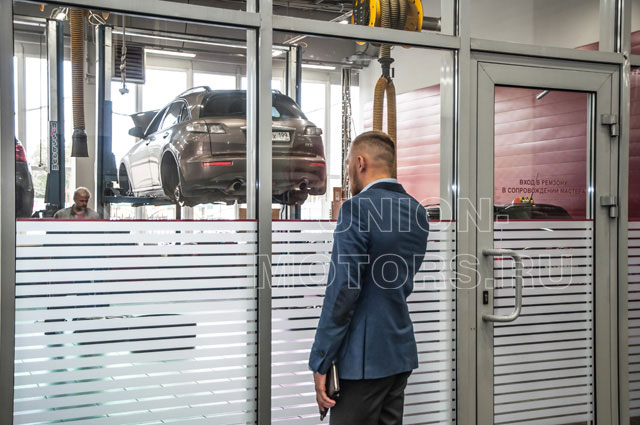Замена моторного масла Nissan в техцентре Юнион Моторс: наблюдайте за заменой масла через панорамные окна клиентской зоны.