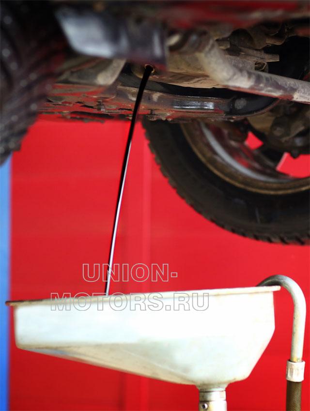 Замена моторного масла Nissan в техцентре Юнион Моторс: сливаем отработанное масло
