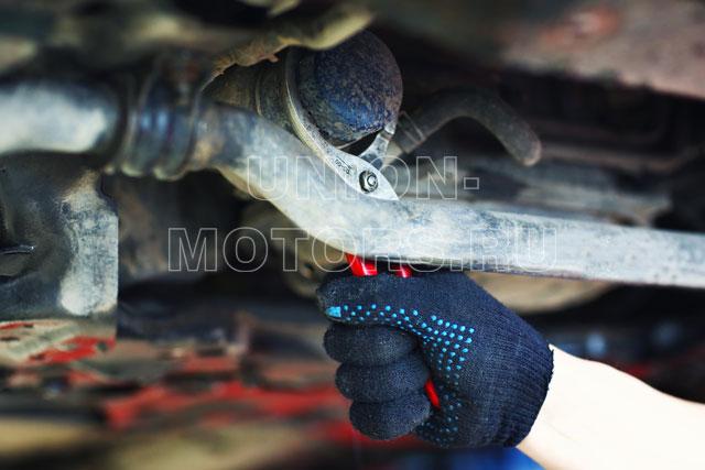 Замена моторного масла Nissan в техцентре Юнион Моторс: откручиваем старый масляный фильтр