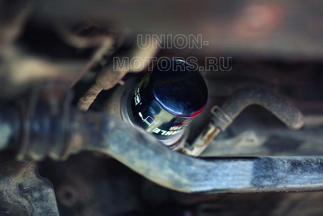 Замена моторного масла Nissan в техцентре Юнион Моторс: вкручиваем новый масляный фильтр
