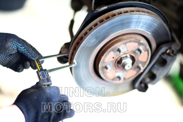 Замена тормозных колодок Nissan в техцентре Юнион Моторс: измерение остаточной толщины тормозного диска