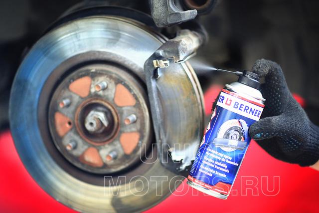 Замена тормозных колодок Nissan в техцентре Юнион Моторс: нанесение высокотемпературной керамической смазки
