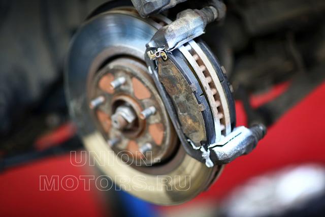Замена тормозных колодок Nissan в техцентре Юнион Моторс: колодки с противоскрипными пластинами