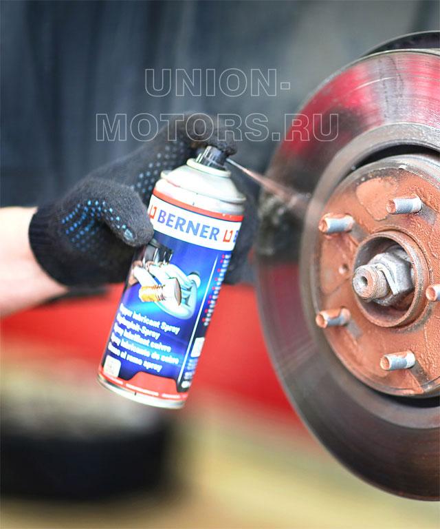 Замена тормозных колодок Nissan в техцентре Юнион Моторс: нанесение медной консервирующей смазки на резьбу колесных шпилек