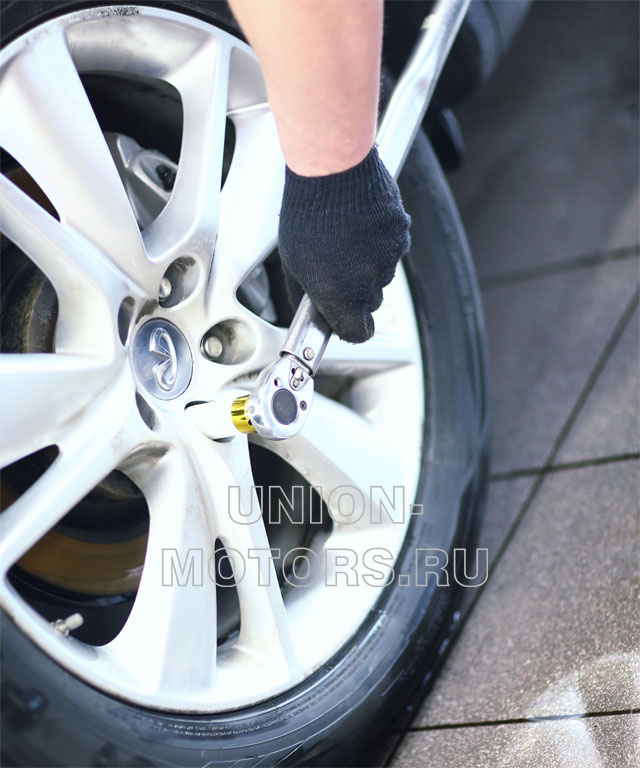 Замена тормозных колодок Nissan в техцентре Юнион Моторс: протяжка колесных гаек динамометрическим ключом