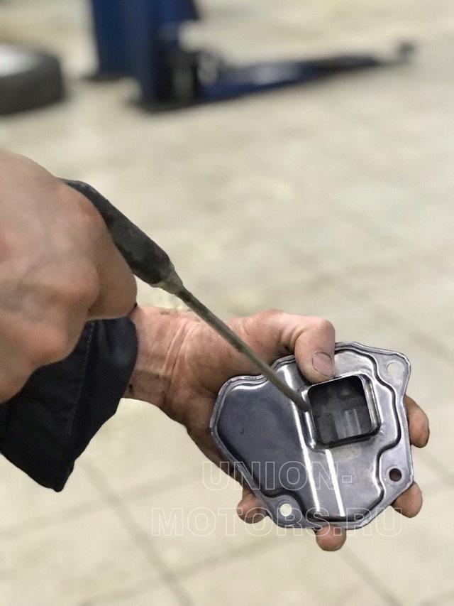 Продувка внутреннего сетчатого фильтра сжатым воздухом при полной аппаратной замене масла АКПП Nissan и Infiniti