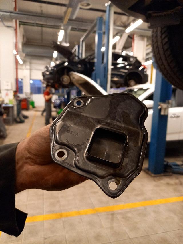 Снимаем и очищаем внутренний металлический сетчатый фильтрпри полной аппаратной замене масла АКПП Nissan и Infiniti