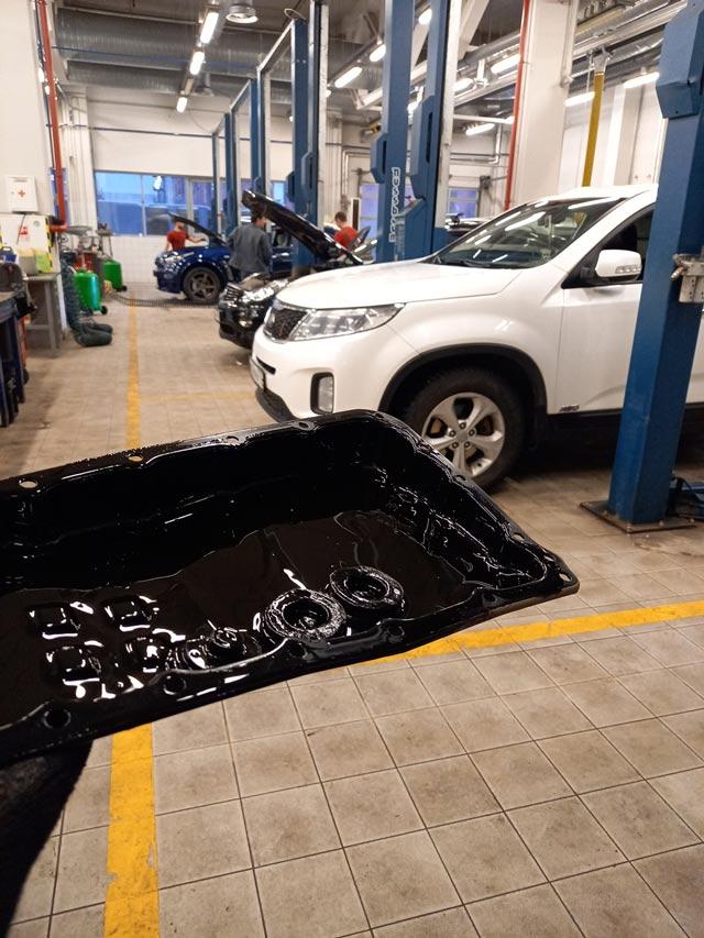Осадокпродуктовфрикционного износа на снятом поддоне АКПП при полной замене масла АКПП Nissan/Infiniti