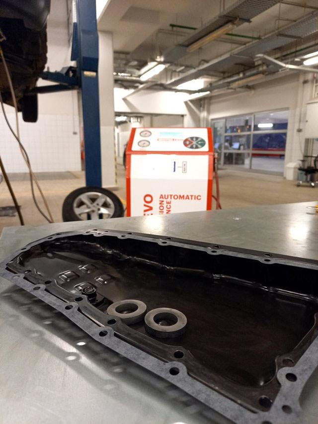 Очищенный поддон АКПП устанавливаем на новую прокладкупри полной замене масла АКПП Nissan/Infiniti